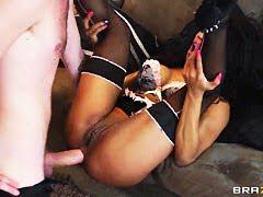 Сексуальная Кармен чувственно наяривает свою вагину